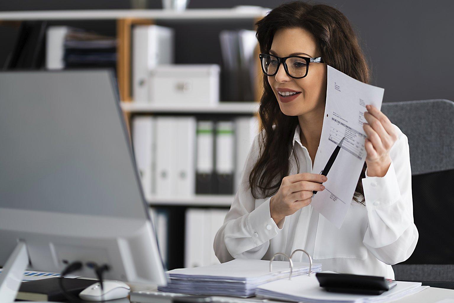 Kvinna gör balansräkning i Bokslutsprogrammet