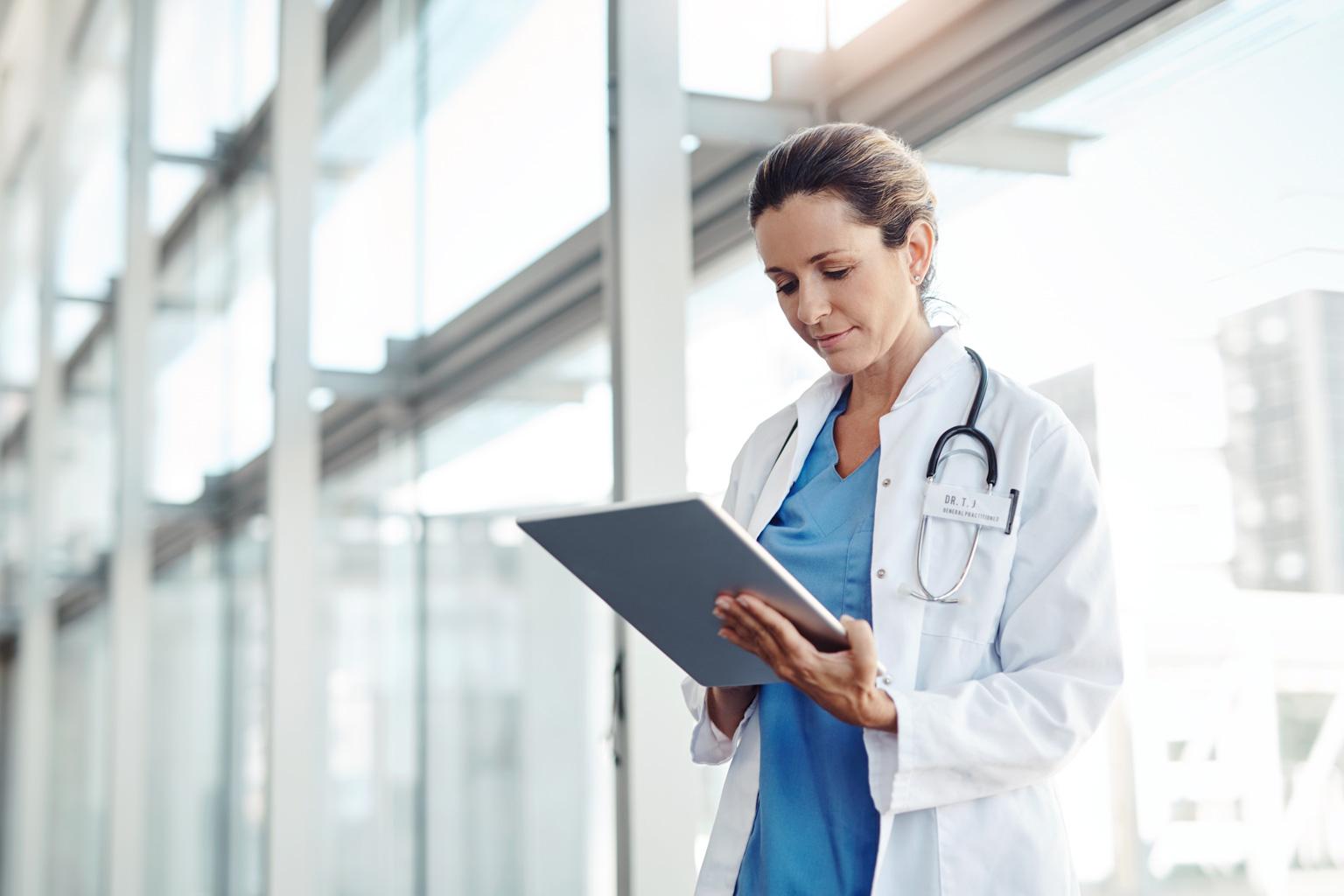Młoda lekarka w szpitalu przegląda na tablecie Progmedica