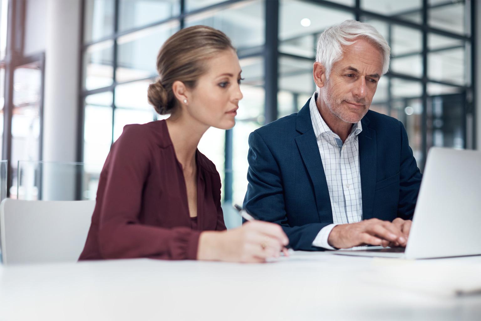 Pan z Panią pracujący na oprogramowaniu LEX Compliance RODO