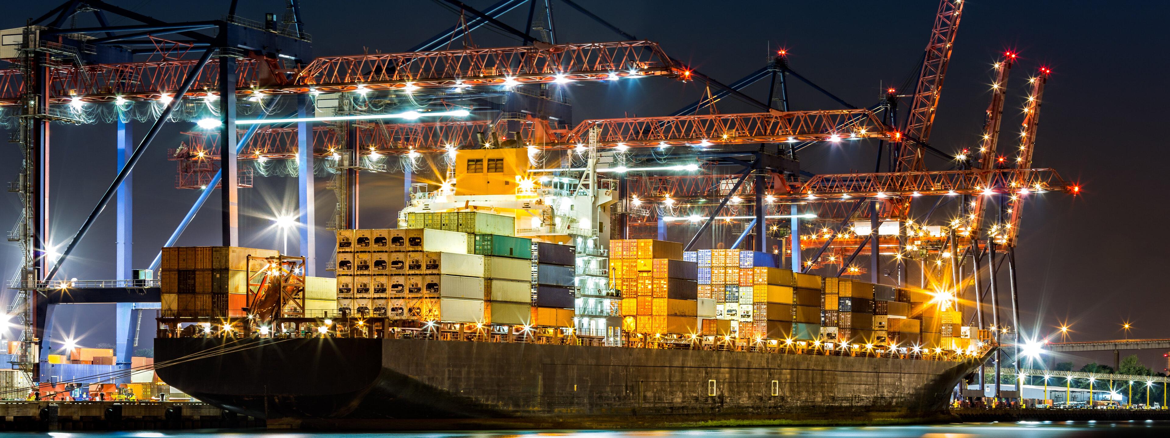 Containerschip bij nacht