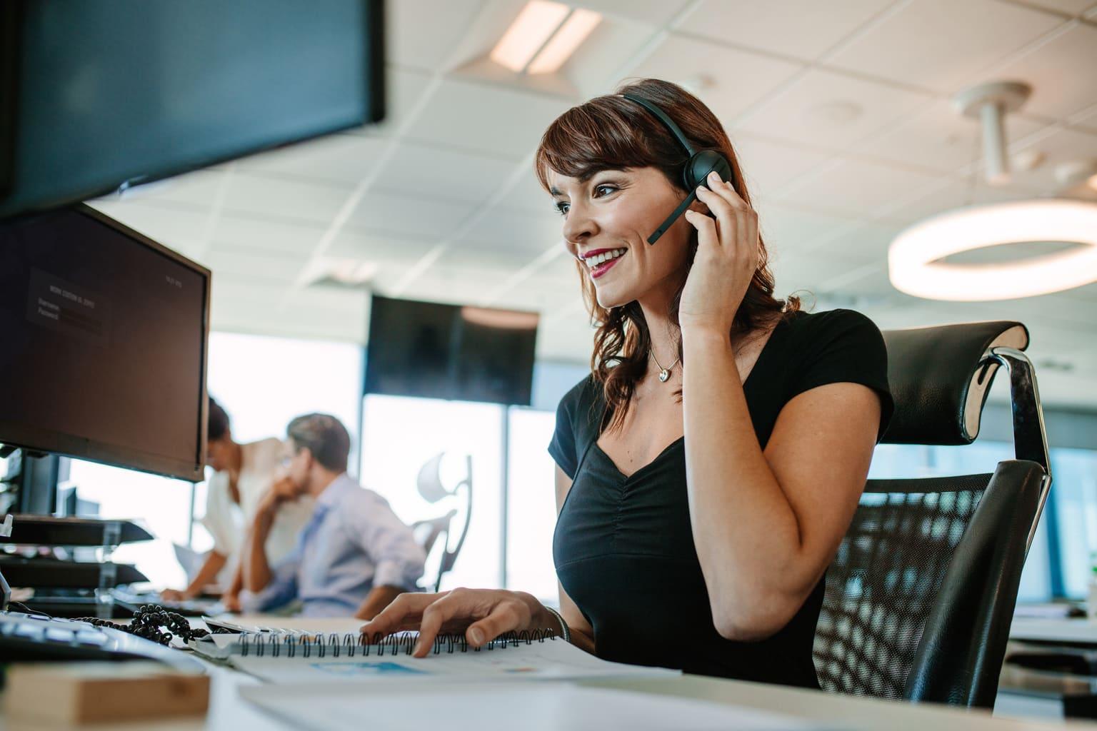Vrouw met headset doet belastingaangifte via mkb boekhouding software Twinfield