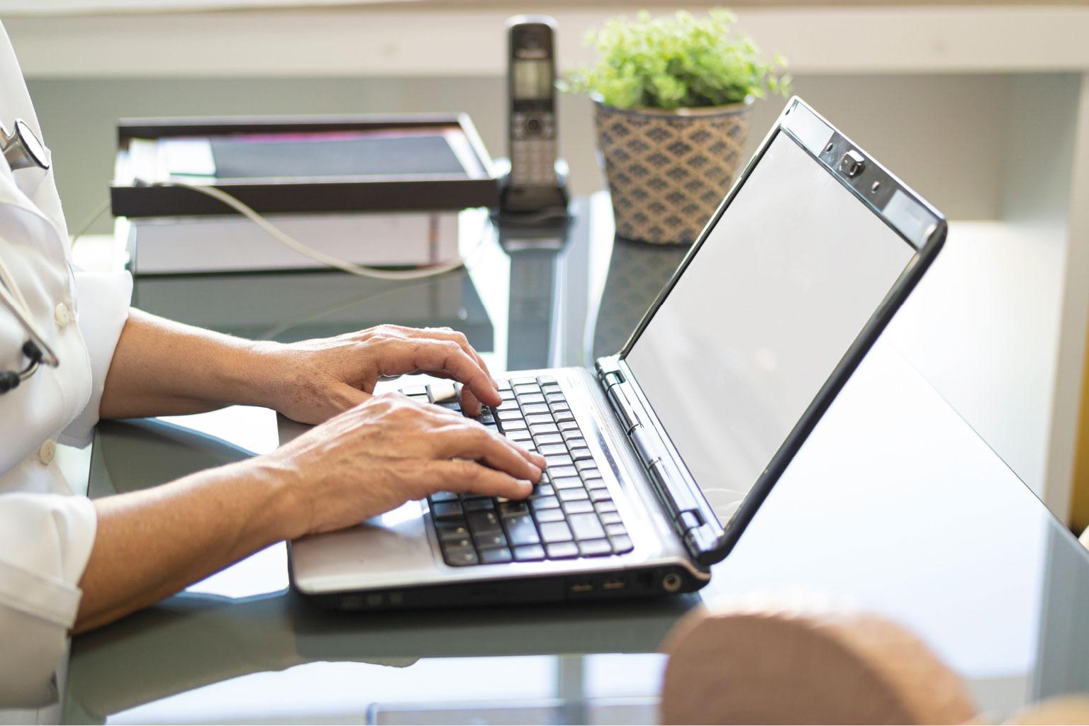 Kobieta sprawdza na komputerze zmiany w prawie ochrony zdrowia