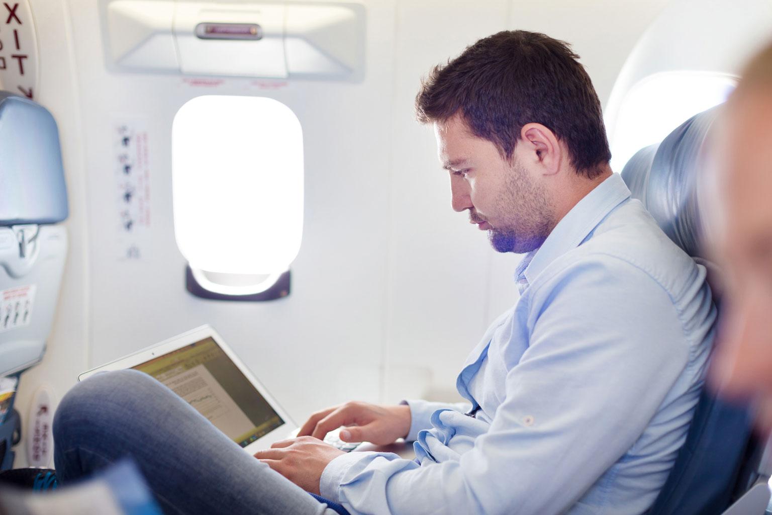 Pan w samolocie pracujący w LEX dzięki LEX Connect