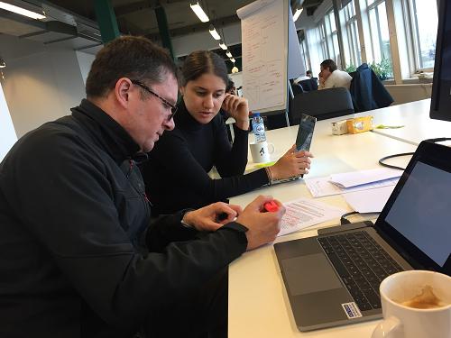 Jurist Diederik en rechtenstudent Esra bezig met zaak analyse
