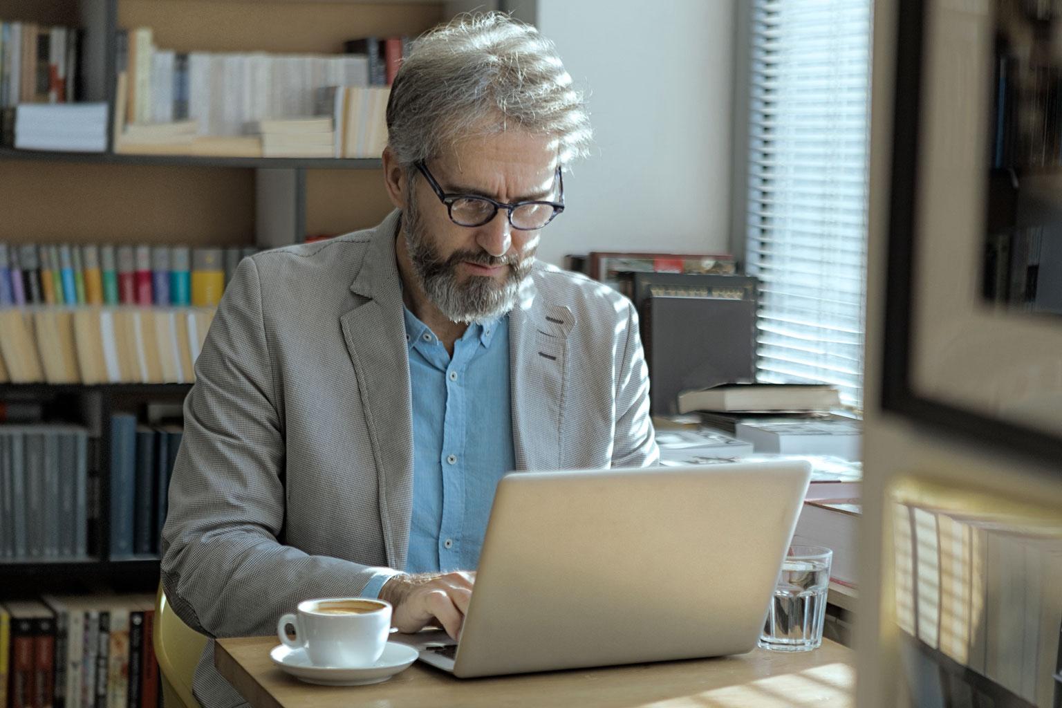 Pan profesor szkoły wyższej pracuje na laptopie korzystając z LEX