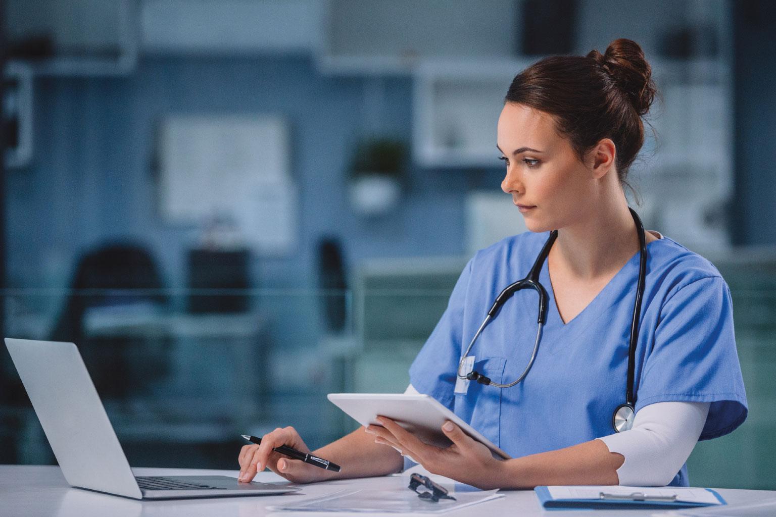 Lekarka sprawdza przepisy w LEX Medica na komputerze