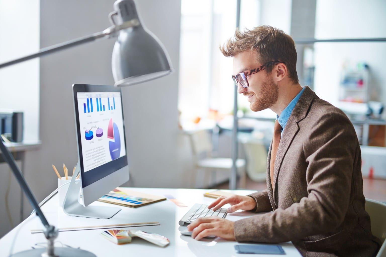 Ondernemer bekijkt Software koppelingen