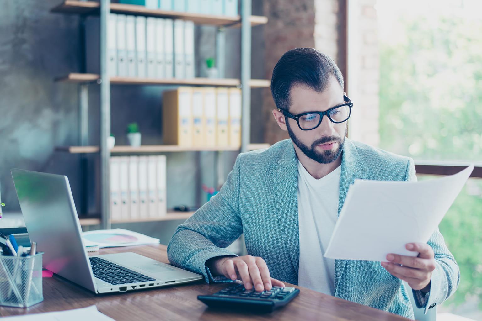Man kijkt naar dossier tijdens training boekhouden