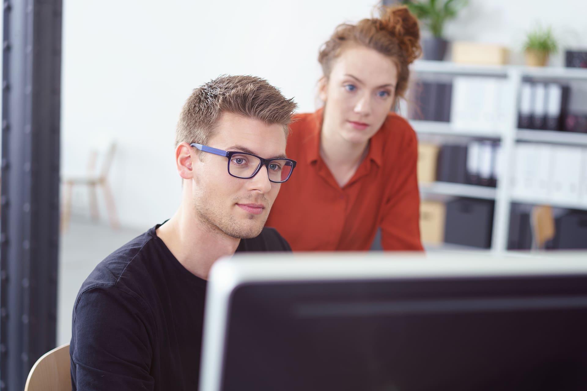 Accountant bekijkt functie CRM in Alure
