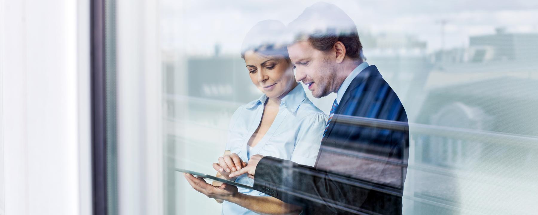 groep collega's kijkt naar laptop