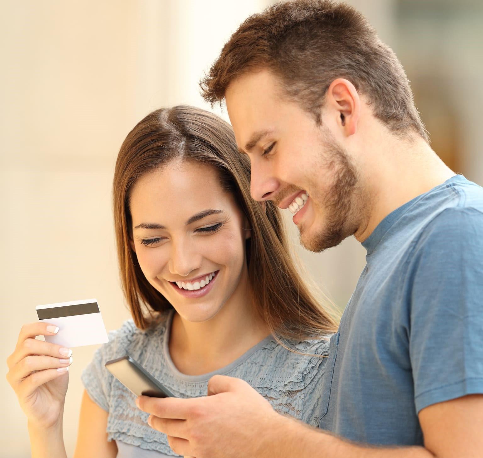 man en vrouw met bankpas lezen over psd2 bedrijven op smartphone