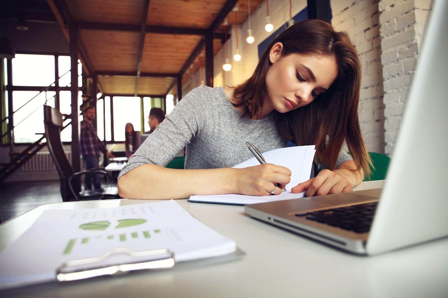 vrouw bestudeert tips veilig omgaan met data