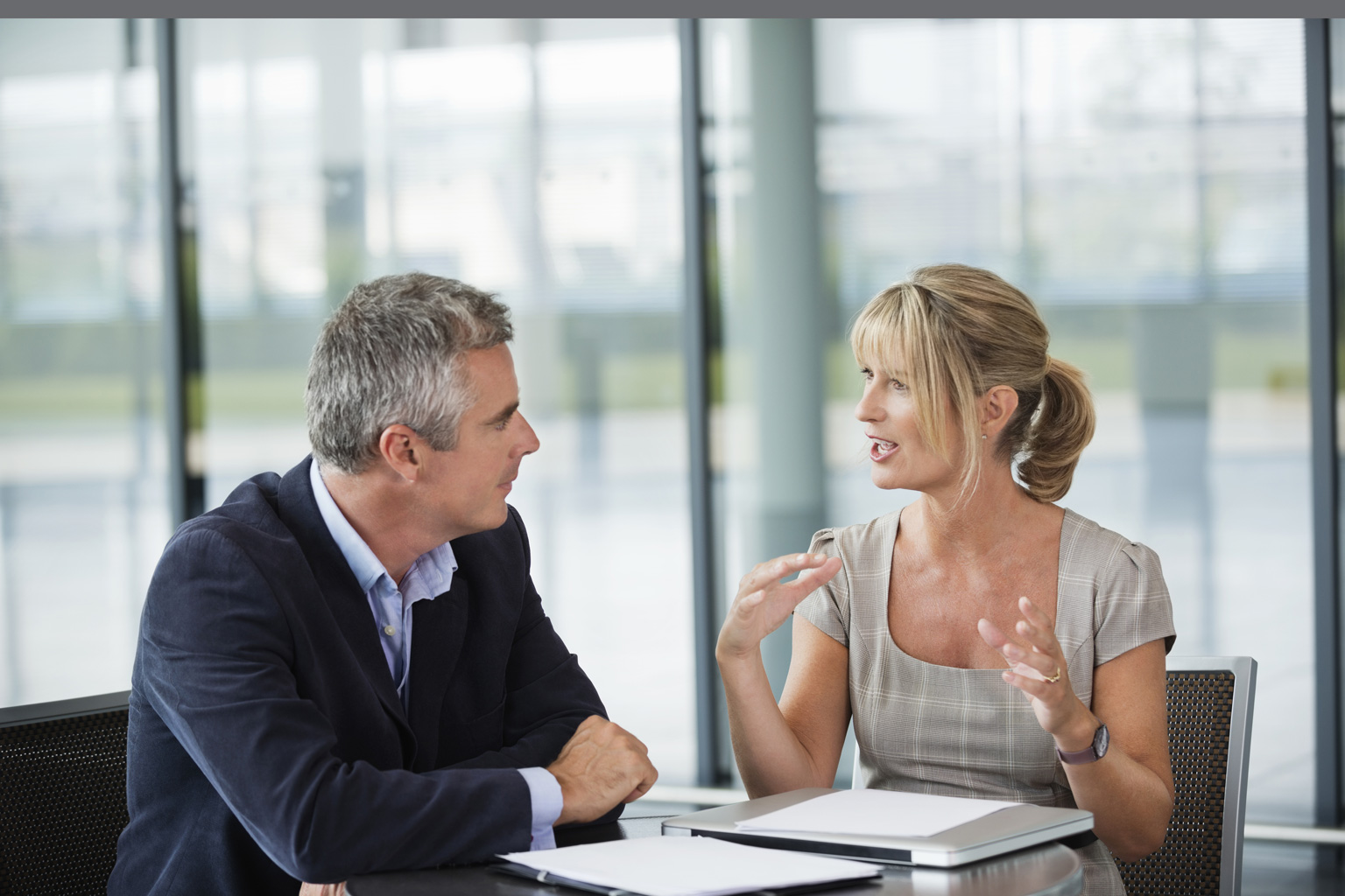 Pan z Panią omawiający wyniki samooceny kontroli zarządzczej przygotowane w  programie LEX Kontrola  Zarządcza