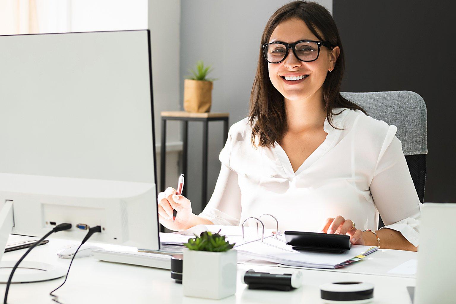 Kvinna vid dator läser Skatteinformation