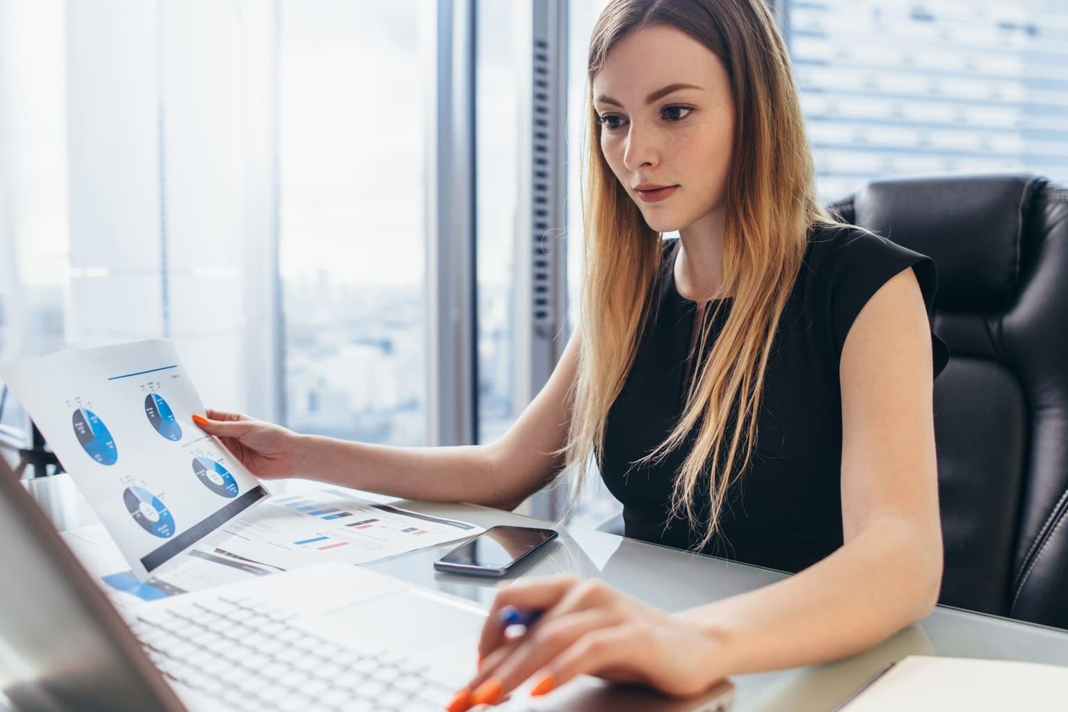 Accountant werkt met functie Planning & Control alure