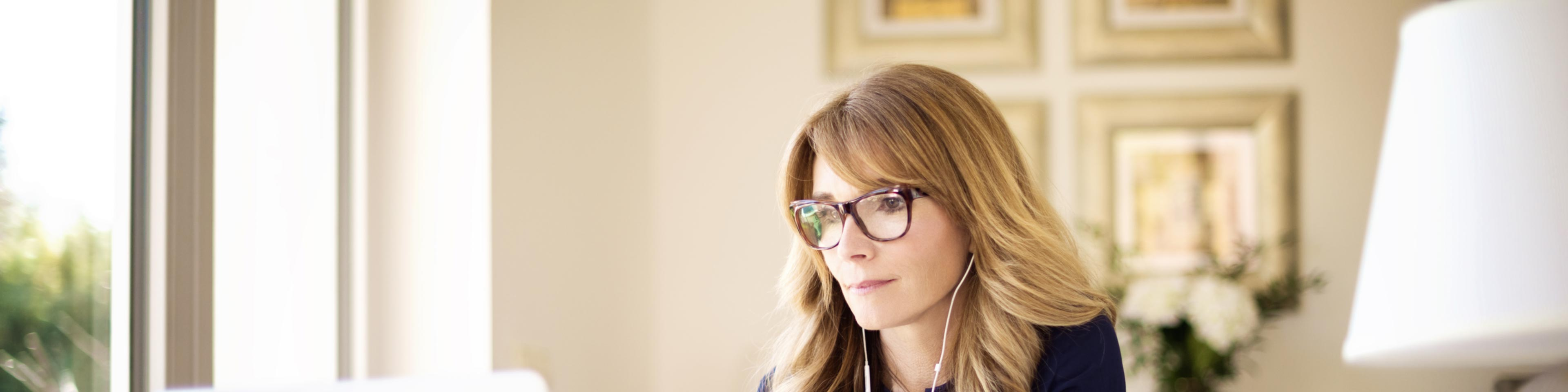 woman at laptop with glasses