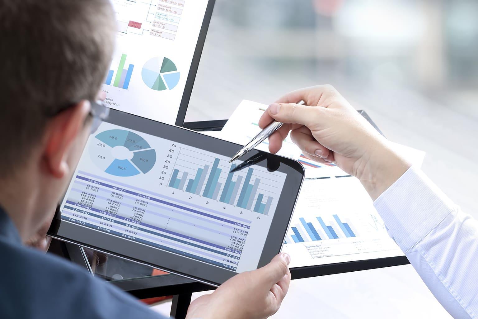 Man kijkt naar koppeling met grafiek over boekhouding