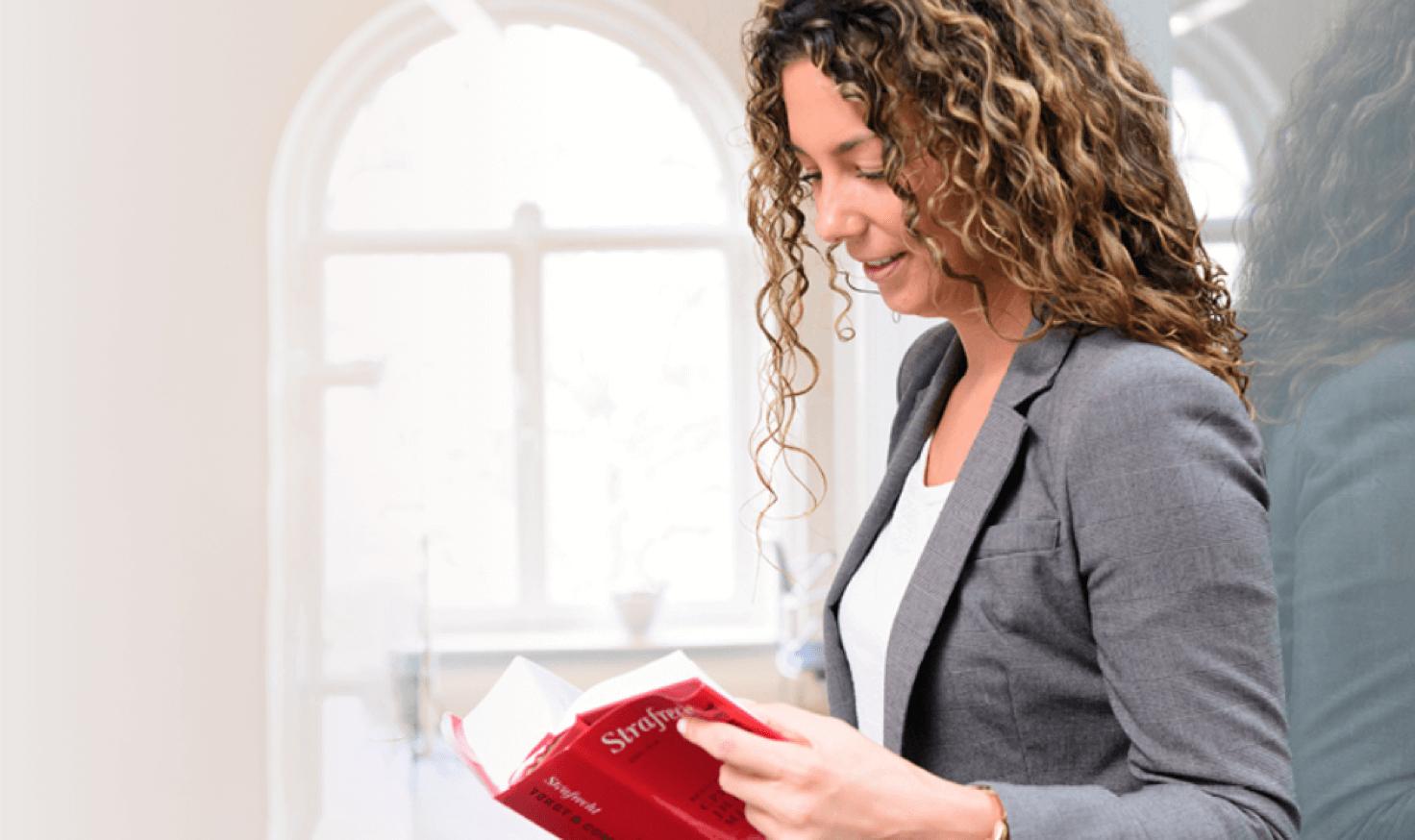 Dame met Tekst & Commentaar boek in handen