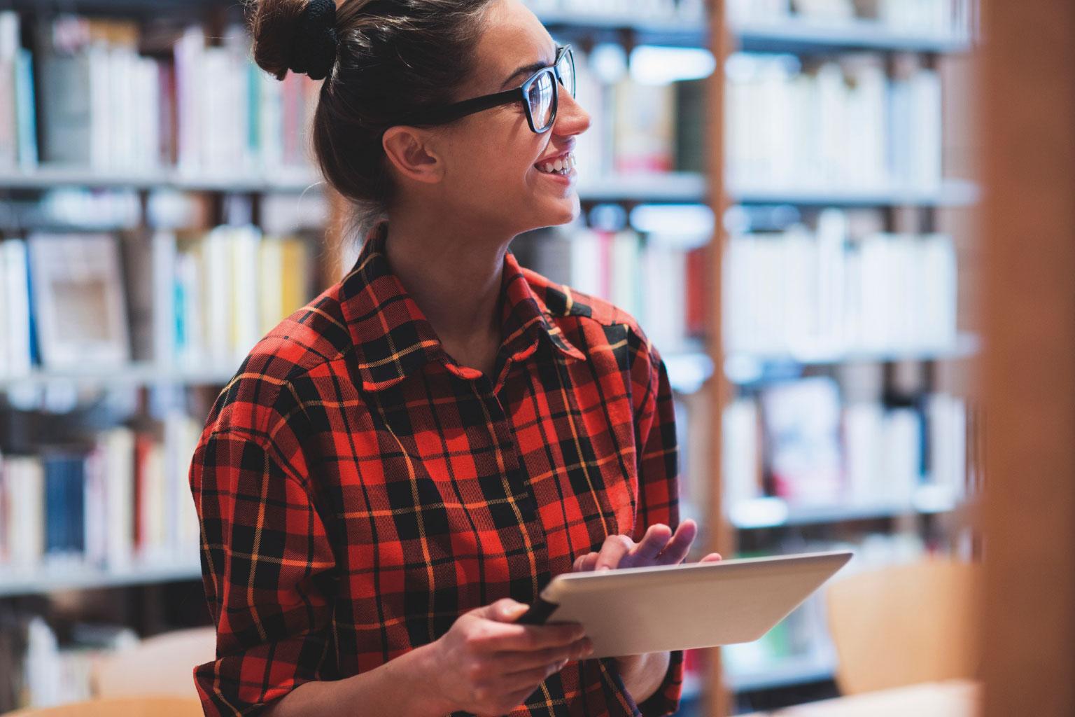 Studentka uczy się na tablecie z LEX Akademia