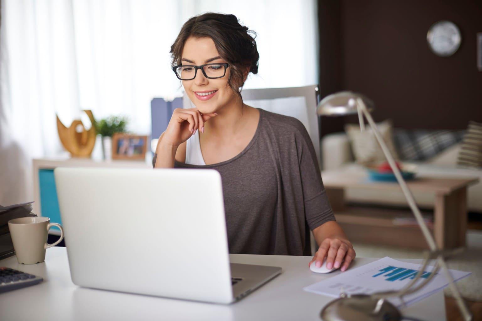 Vrouw bekijkt webwinkelkoppelingen Twinfield