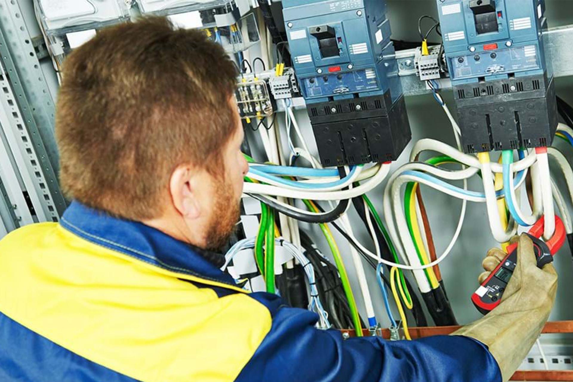l'homme regarde l'installation électrique