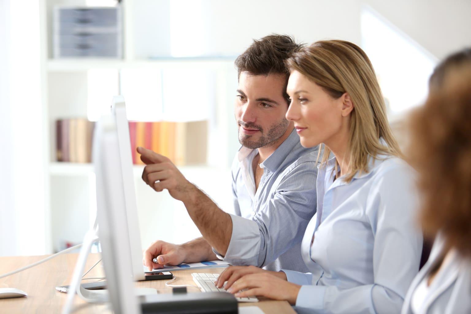 Boekhouders werken met functie kolommenbalans tijdens mkb boekhouding software