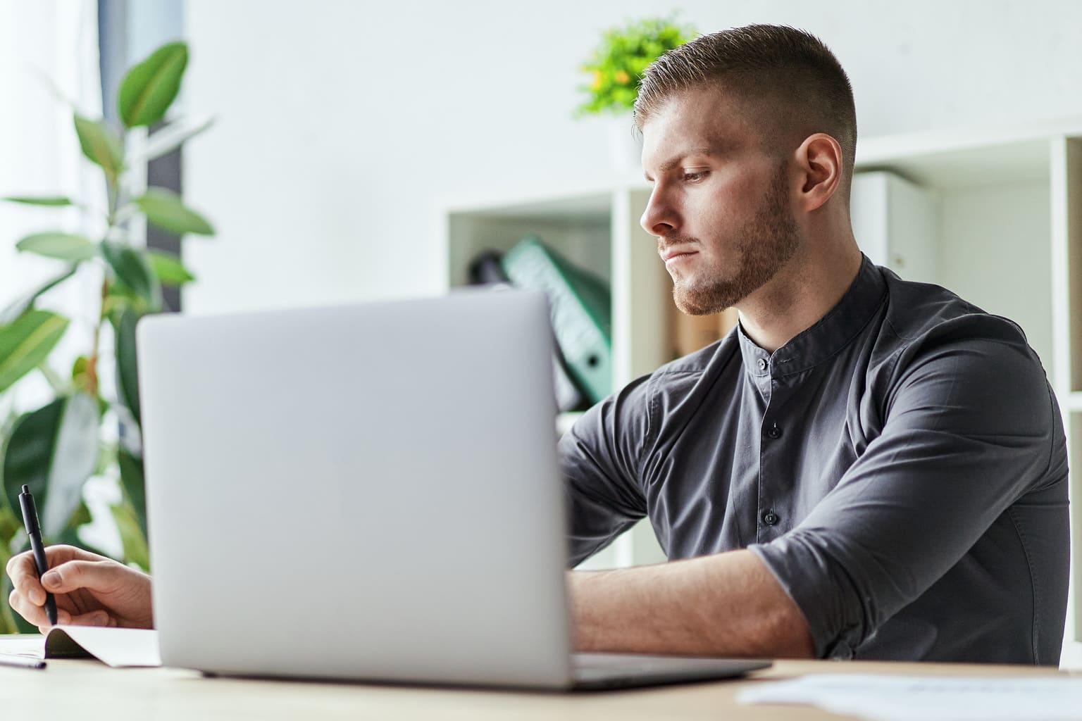 Accountant werkt in facturatiemodule Alure