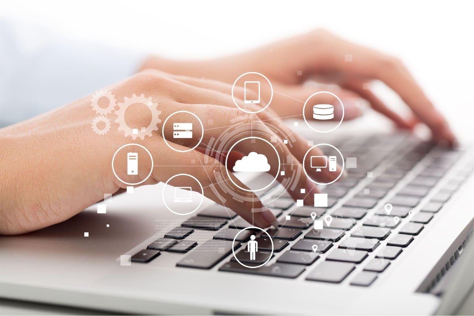 handen bewerken gegevens op toetsenbord