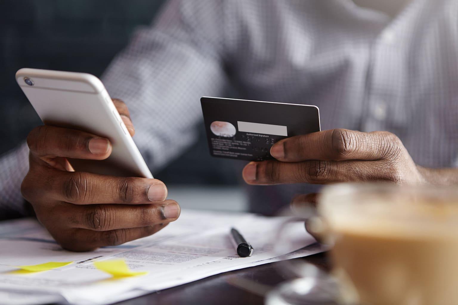 Persoon verricht online betaling met bankpas via smartphone