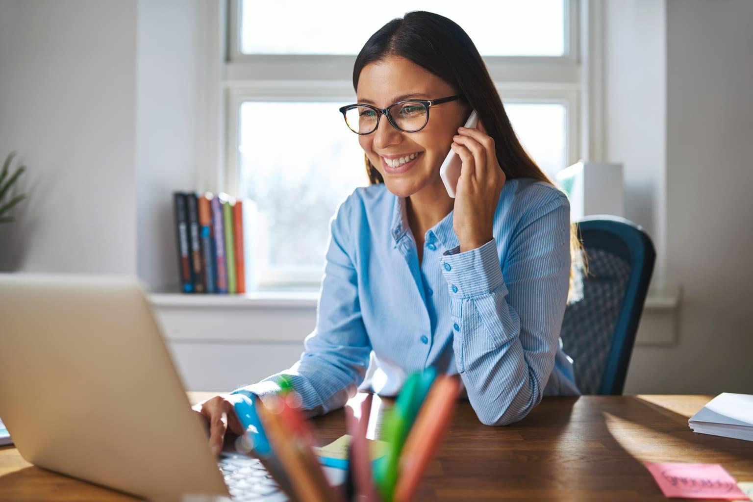 Vrouw kijkt naar rapport oninbare vorderingen op laptop