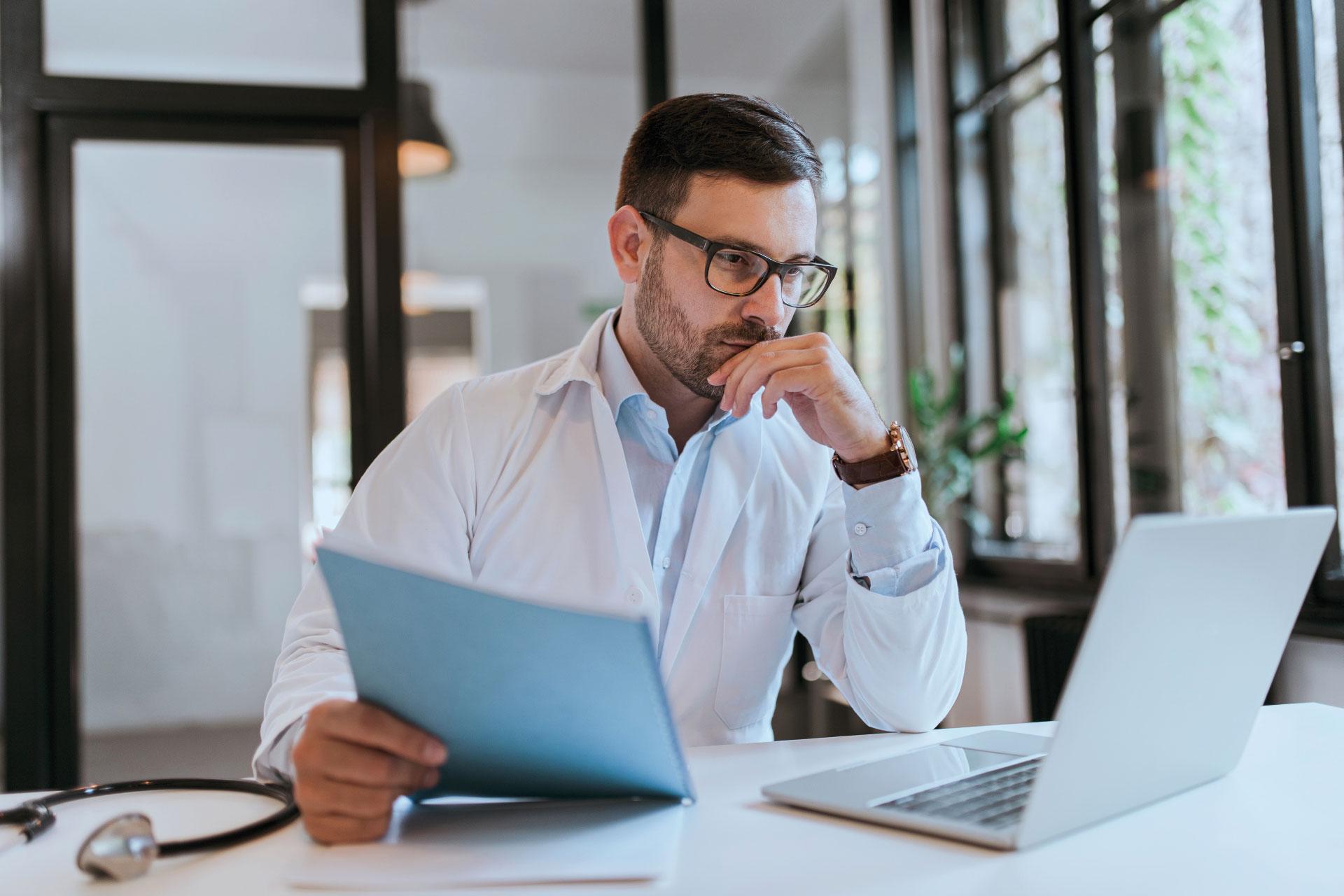 Lekarz przegląda na laptopie bazę prawną LEX Ochrona Zdrowia