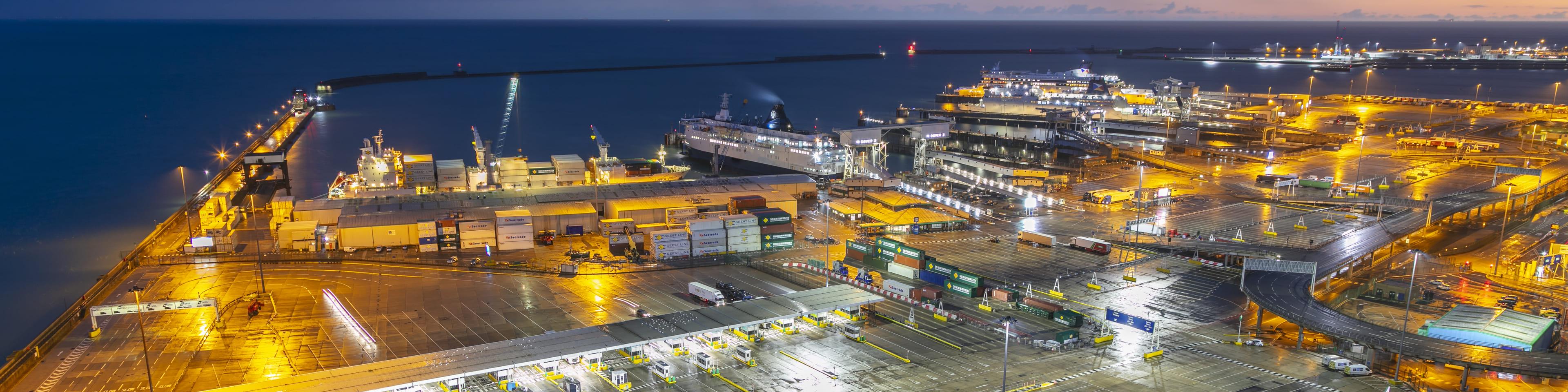 Haven bij nacht met grensposten douane