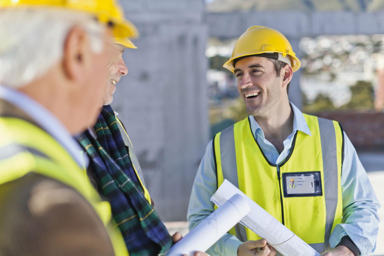 Pracownicy dyskutujący o prawie budowlanym