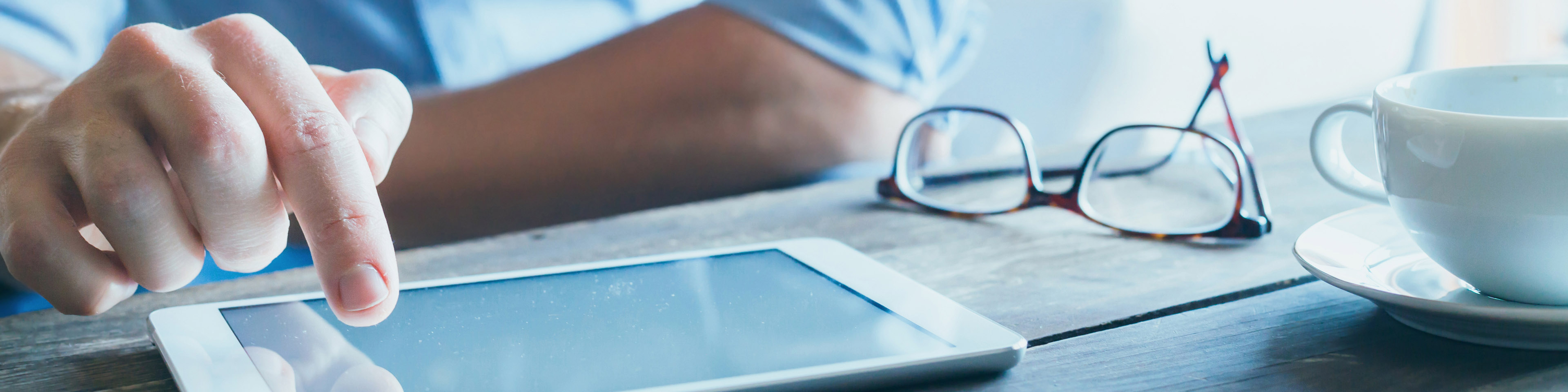 Man-using-digital-tablet-computer-close-up