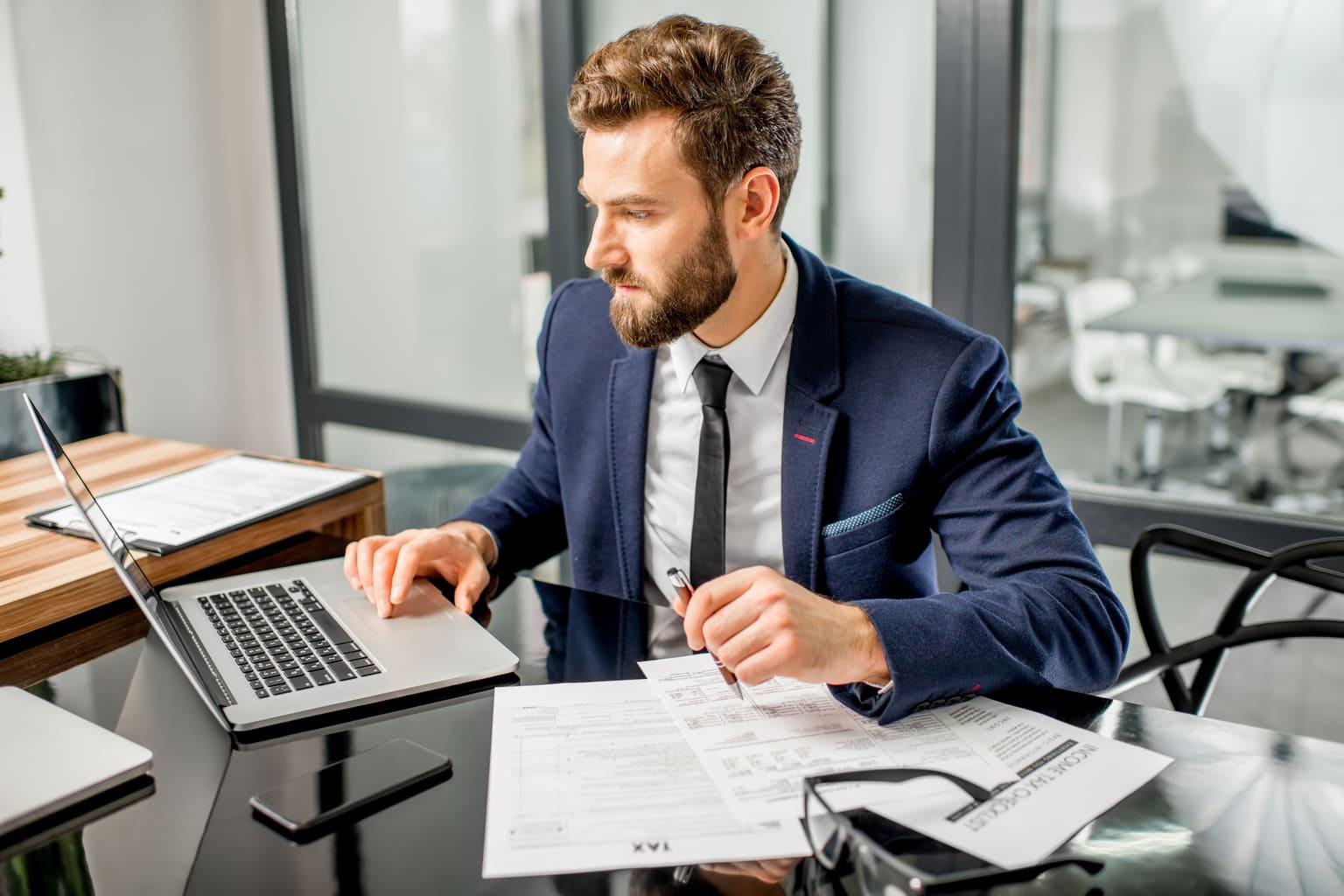 Accountant werkt in Urenregistratie module Alure
