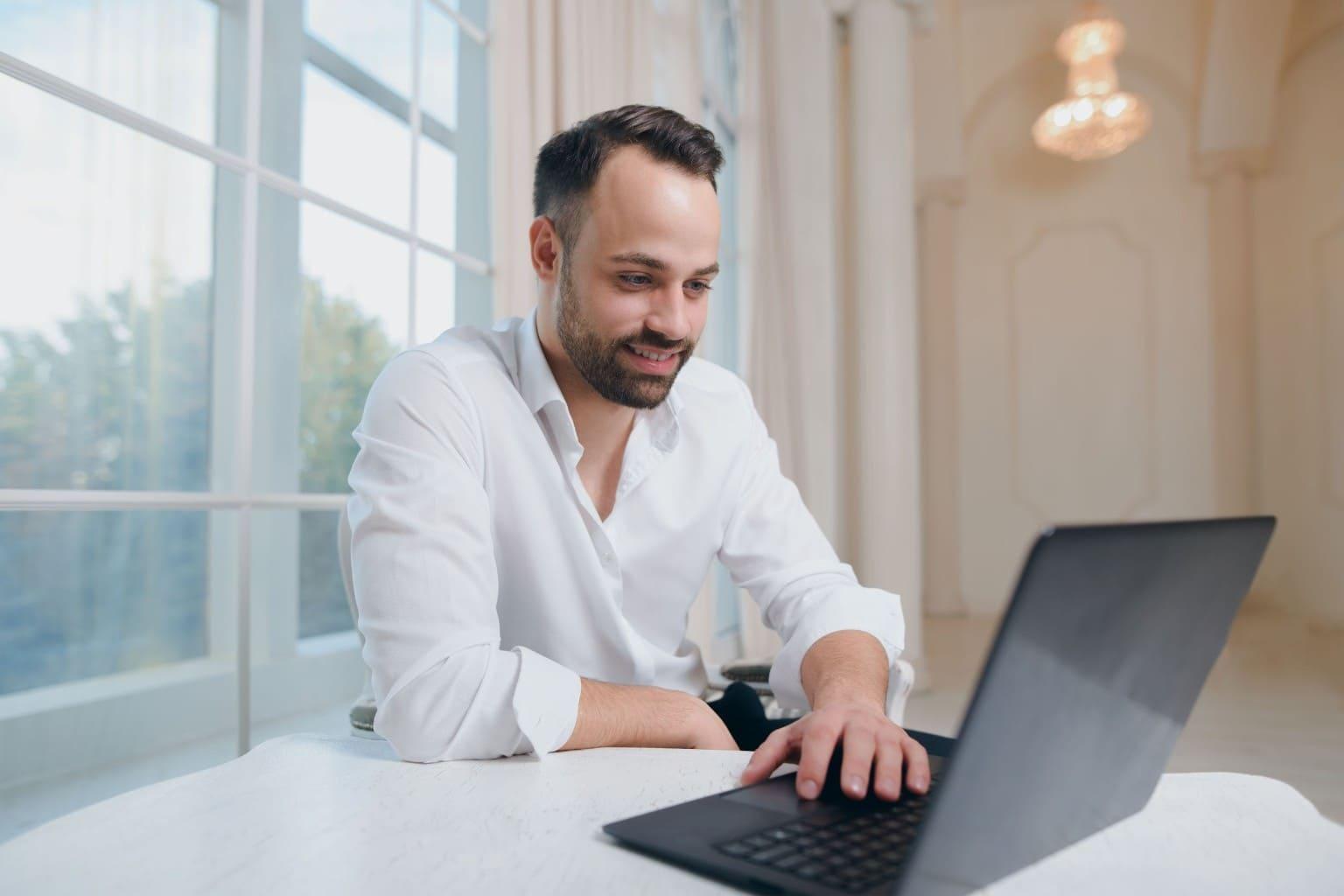 Man lees artikelen accountancy op laptop