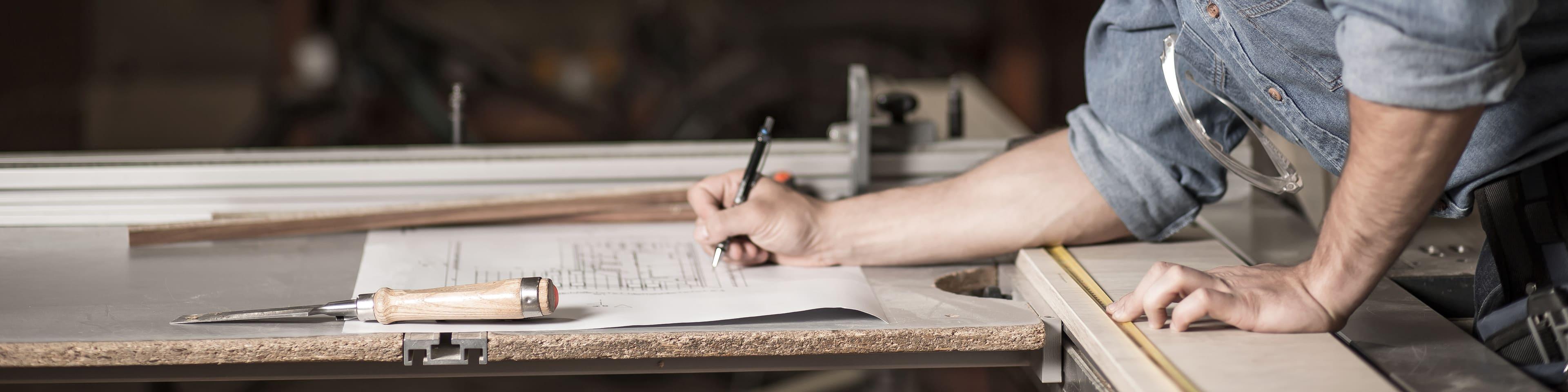 ZZP man schrijft op papier
