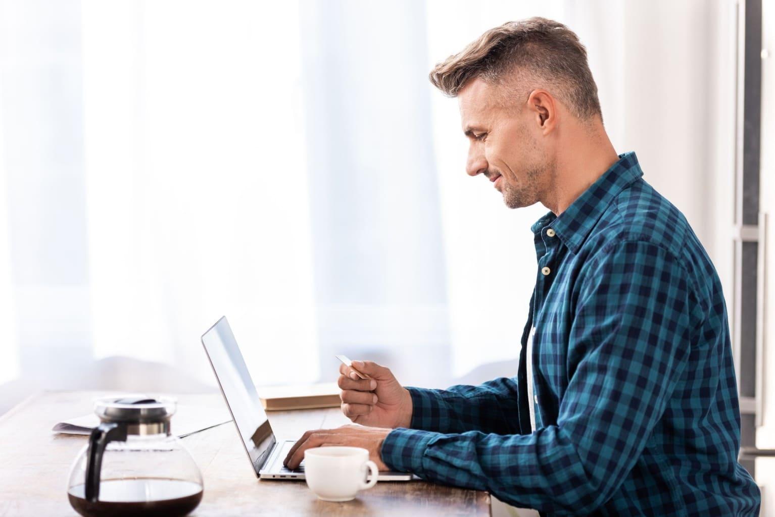 vriendelijke man achter laptop