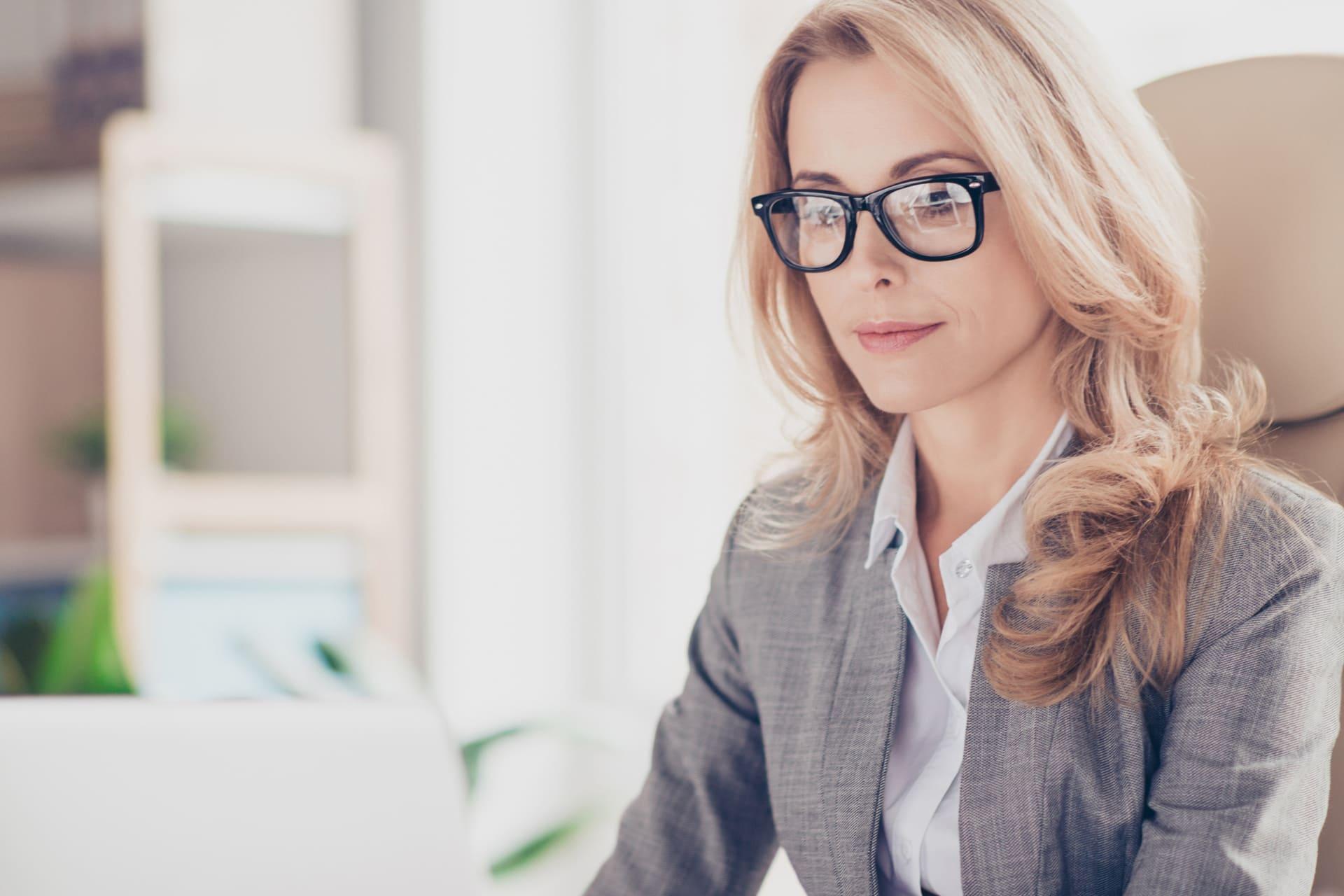 Vrouw kijkt naar Twinfield Analysis op laptop