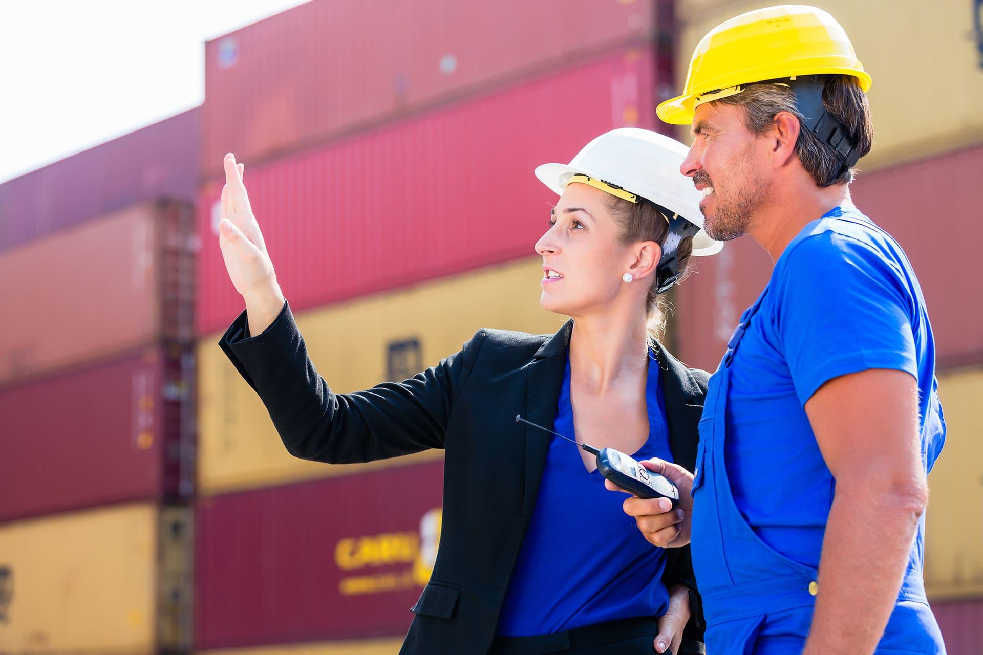 man en vrouw bij containers