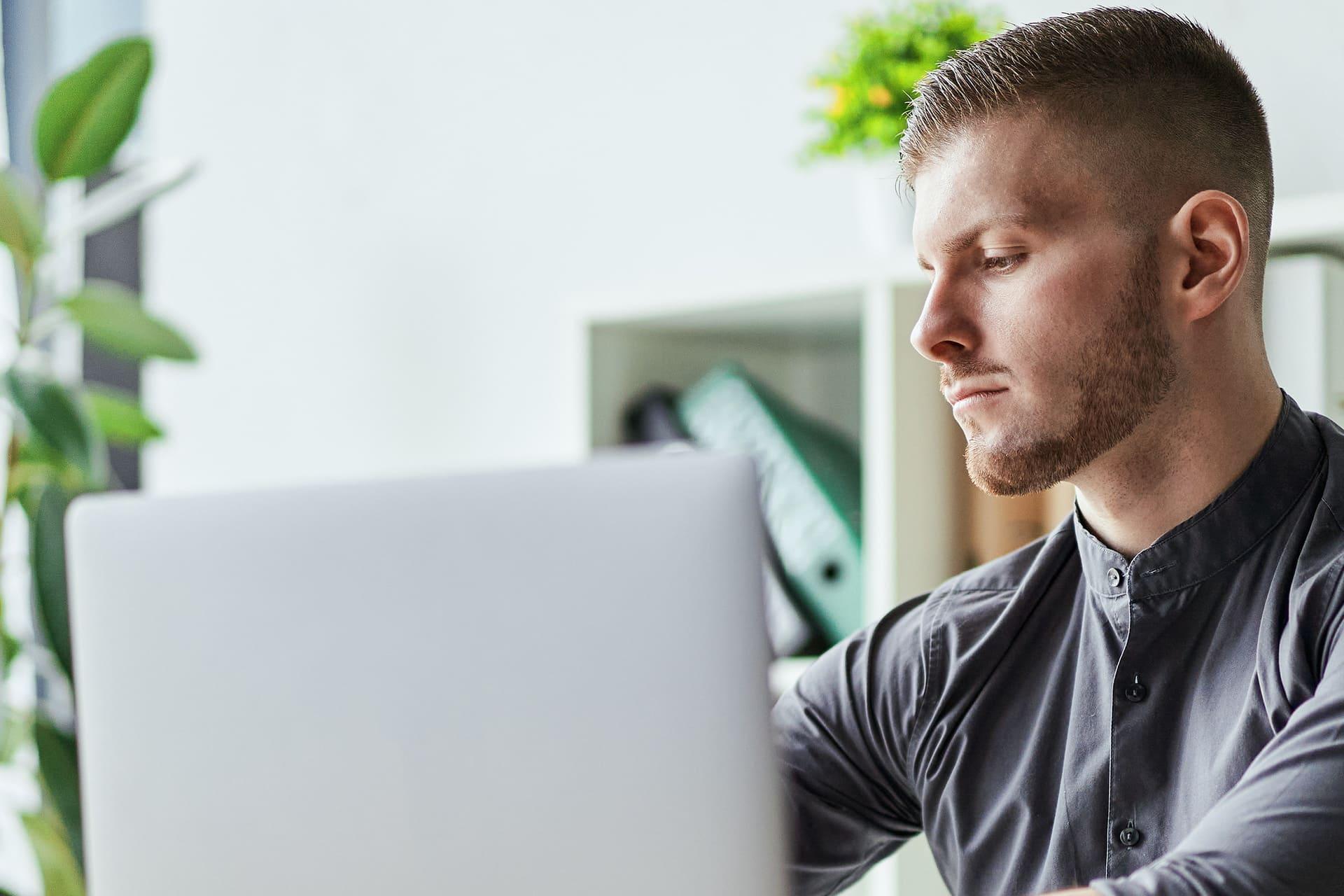man kijkt ingespannen naar computerscherm
