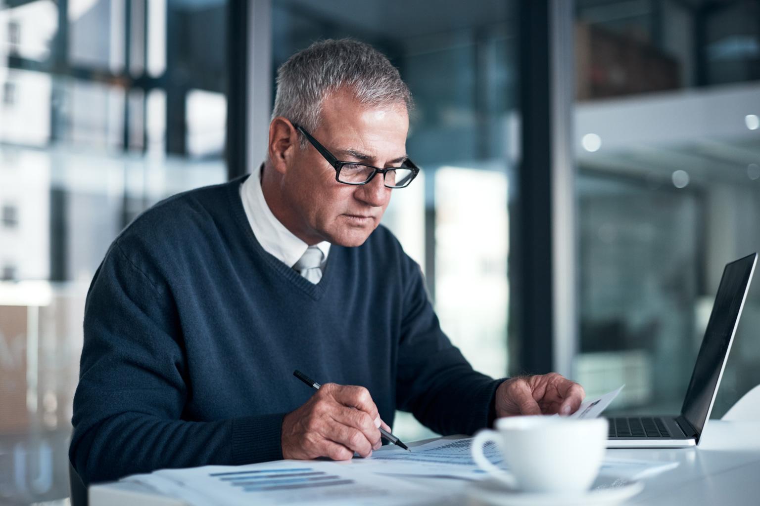 Starszy manager pracuje na komputerze z LEX Compliance Medica