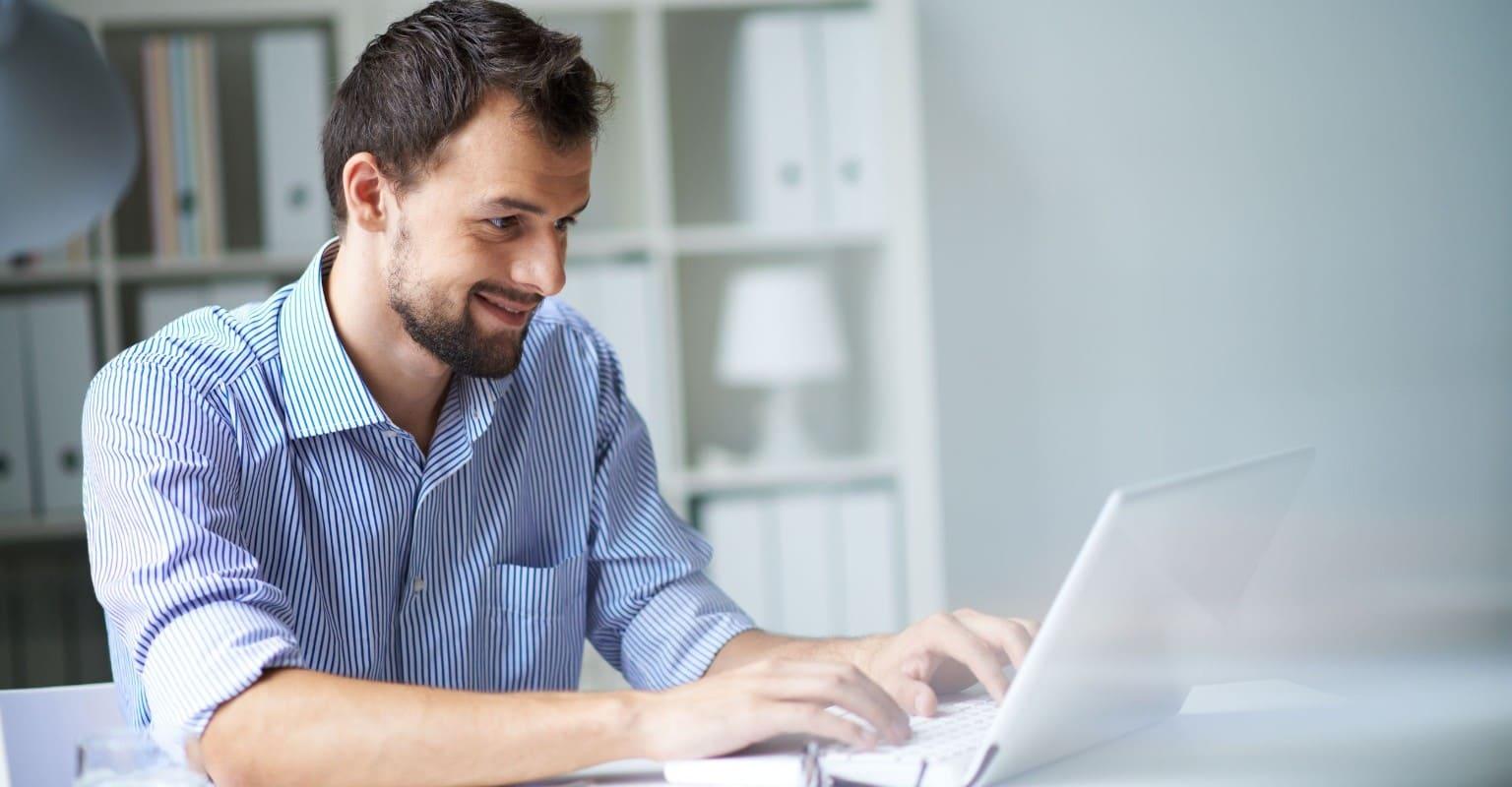 accountant achter laptop