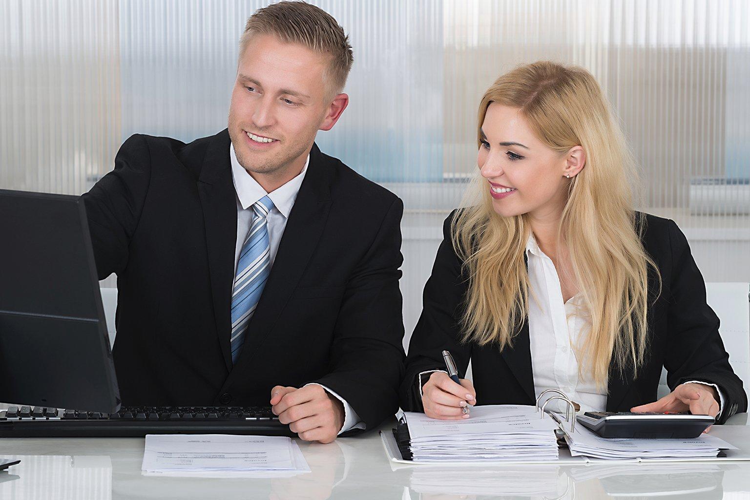 Man o kvinna kollar status i Byråprogrammet