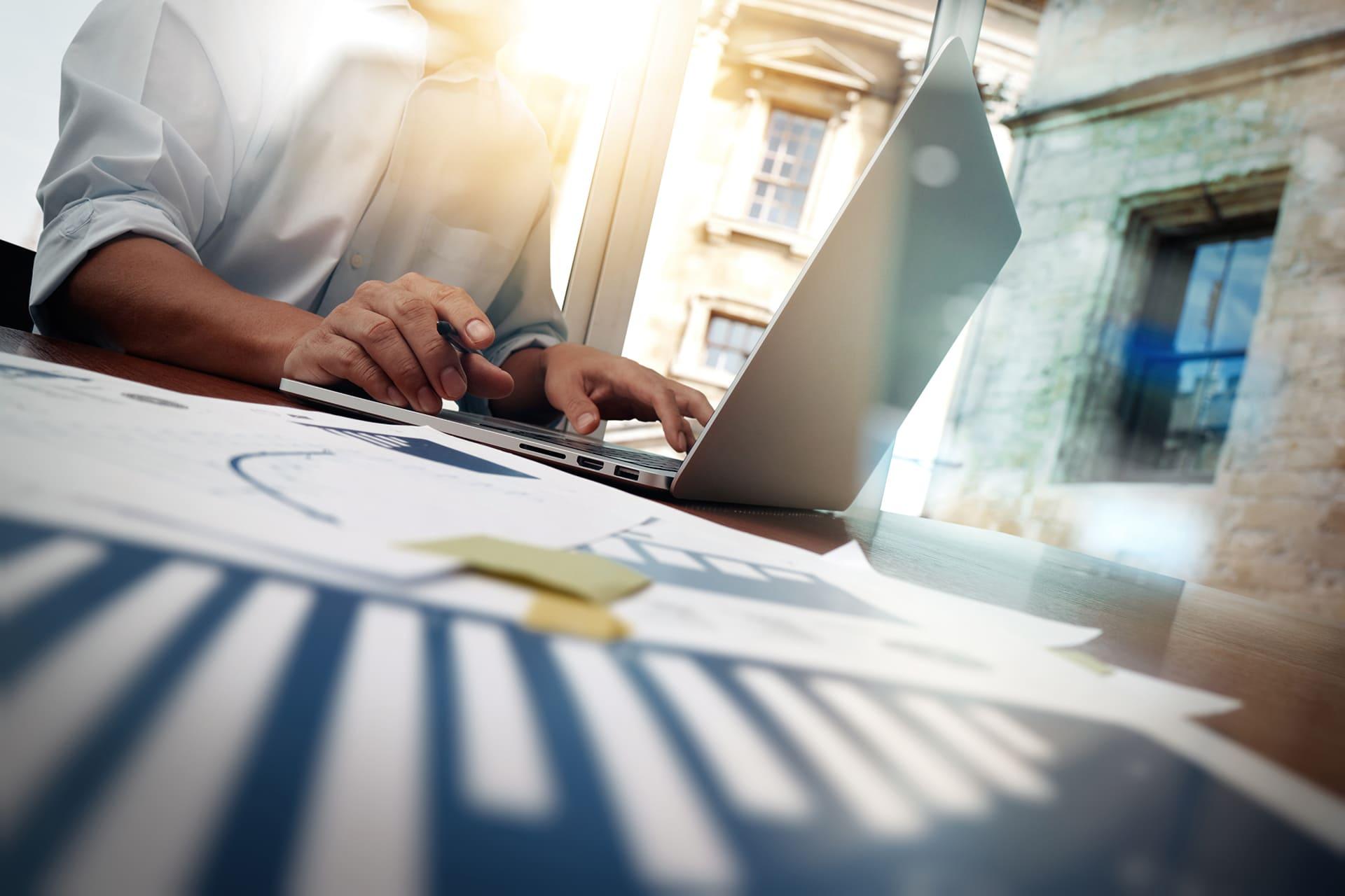 Man bekijkt consultancy mogelijkheden van Twinfield Boekhouden op laptop