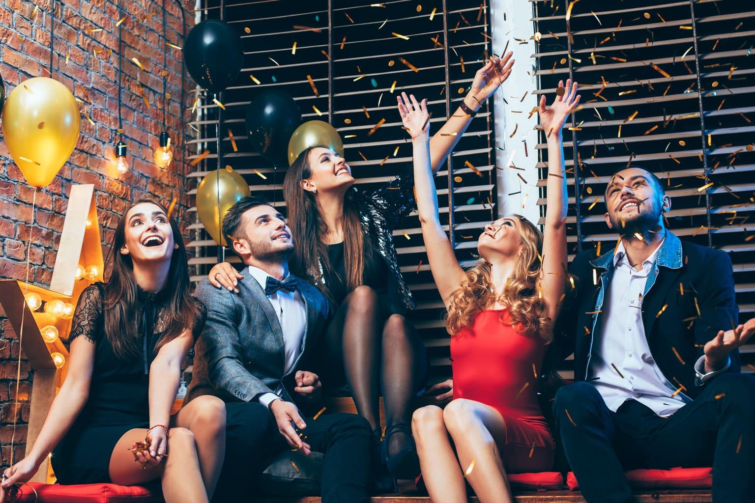 mensen vieren feestelijke jaarafsluiting