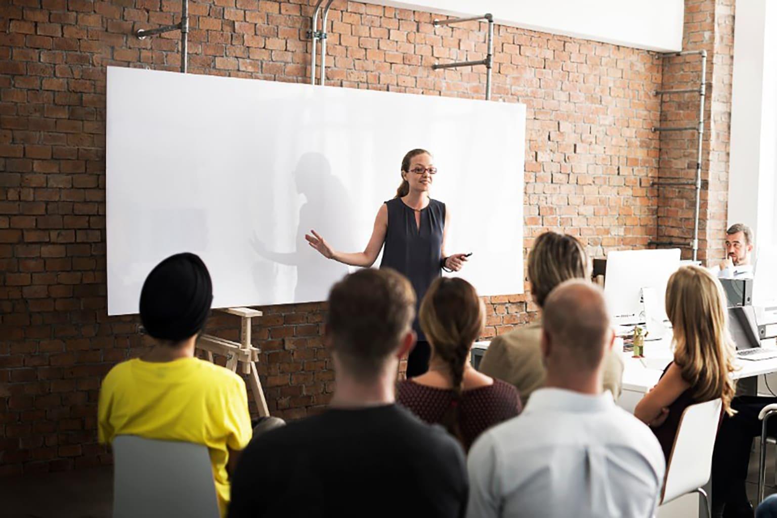 Trainer heeft groep leerlingen uitleg over boekhouden