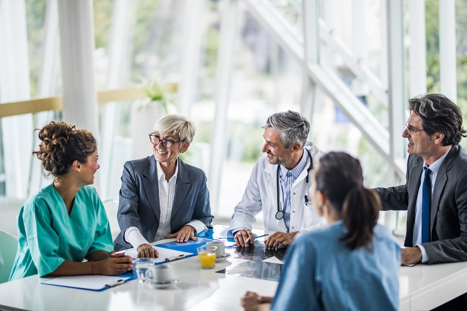 Grupa lekarzy i administracji szpitala rozmawia o Progmedica