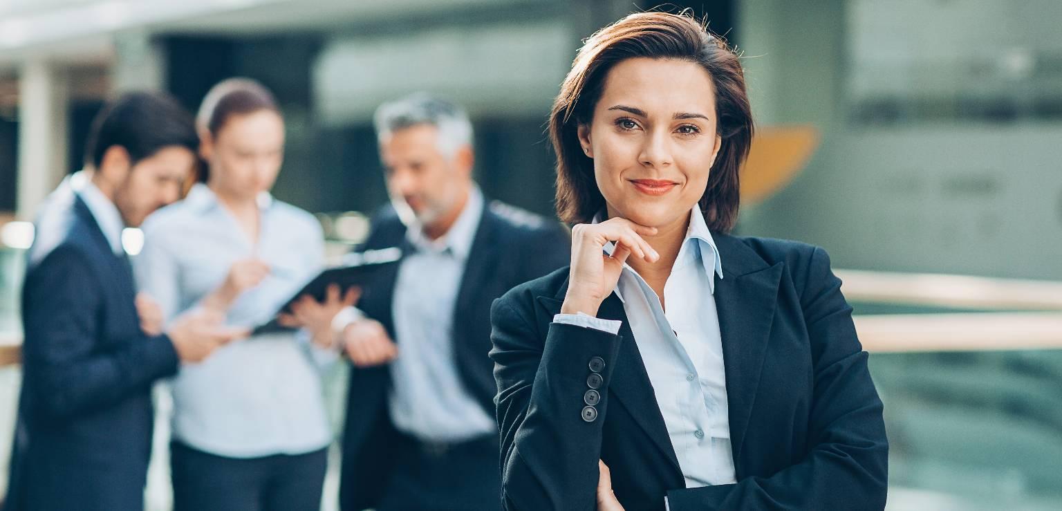 Kvinna framför tre män