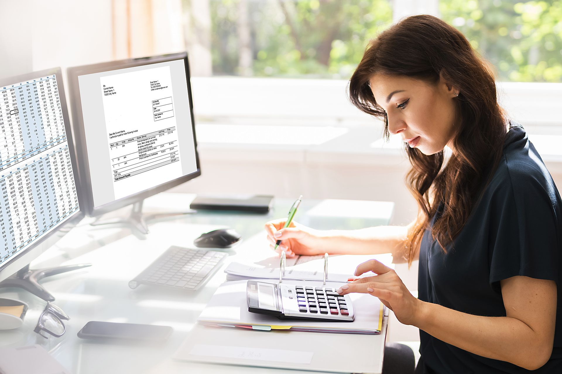 Kvinnlig redovisningskonsult använder Anläggningsregister